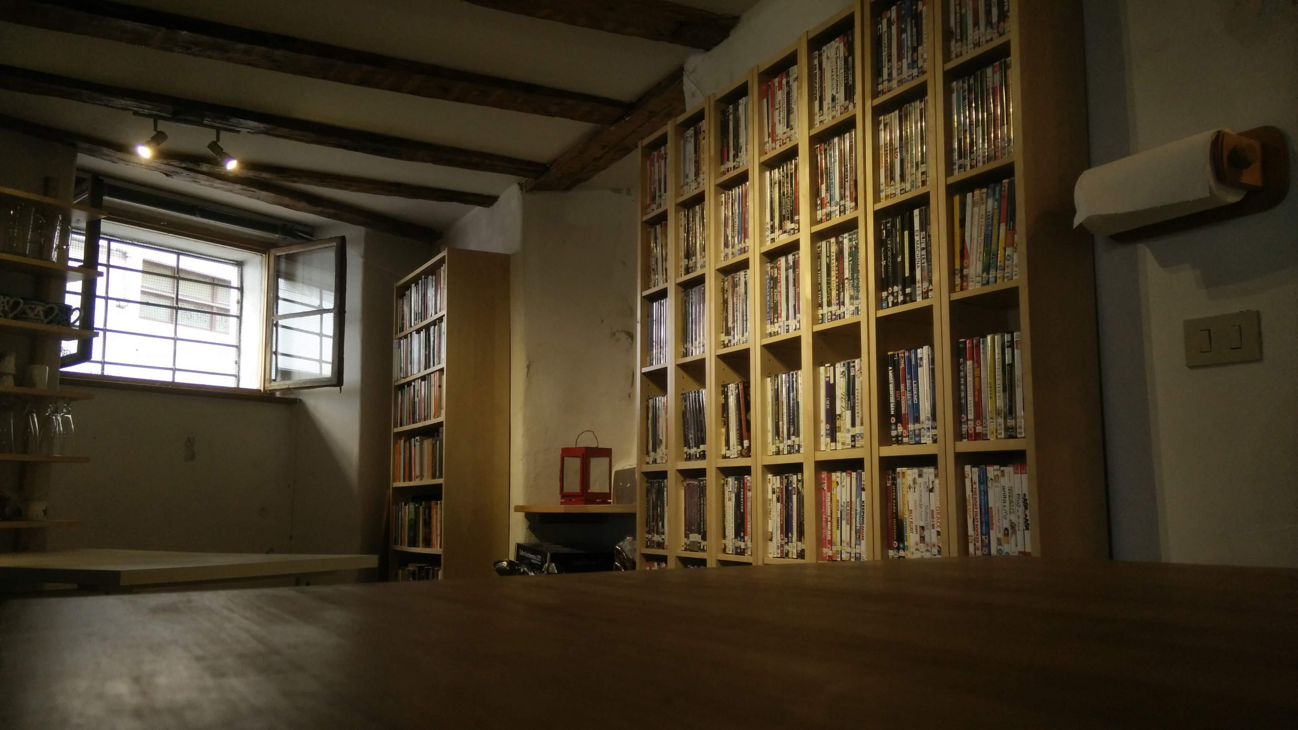 british film club particolare scaffali libri